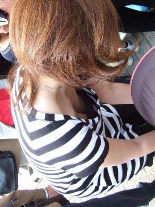 【画像】巨乳のお姉さんてちょっと上から盗撮したらすぐ胸チラするよな 41枚 No.19