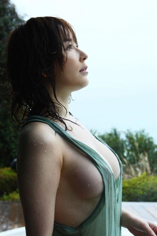 ノーブラな巨乳お姉さんが横乳の胸チラで勃起しちゃうエロ画像 27枚 No.13