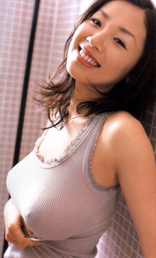 ノーブラな巨乳お姉さんが横乳の胸チラで勃起しちゃうエロ画像 27枚 No.18