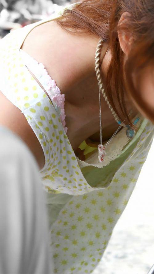 貧乳のお姉さんの胸チラ・乳首ポロリ盗撮まとめ 39枚 No.15