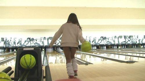 【ボーリング】スカート履いてると投げる瞬間パンチラしちゃうエロ画像 31枚 No.13
