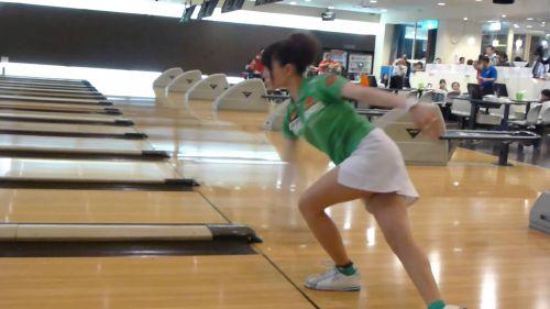 【ボーリング】スカート履いてると投げる瞬間パンチラしちゃうエロ画像 31枚 No.16