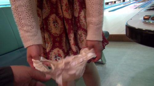 【ボーリング】スカート履いてると投げる瞬間パンチラしちゃうエロ画像 31枚 No.17
