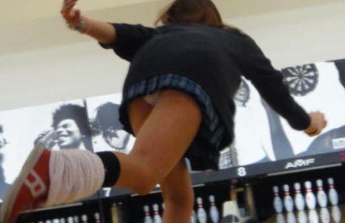 【ボーリング】スカート履いてると投げる瞬間パンチラしちゃうエロ画像 31枚 No.26
