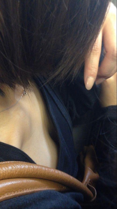 電車内で正面に立つだけで簡単に撮れちゃう胸チラ盗撮画像 35枚 No.5