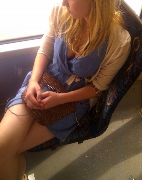 電車内で正面に立つだけで簡単に撮れちゃう胸チラ盗撮画像 35枚 No.8