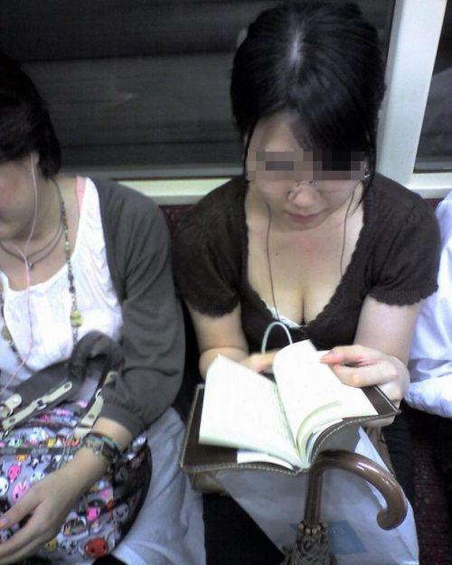 電車内で正面に立つだけで簡単に撮れちゃう胸チラ盗撮画像 35枚 No.13