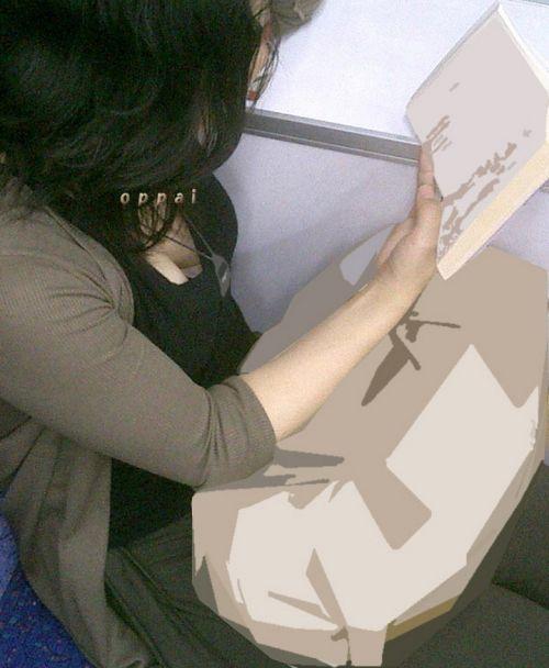 電車内で正面に立つだけで簡単に撮れちゃう胸チラ盗撮画像 35枚 No.16