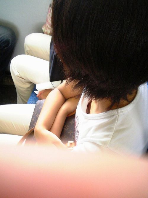 電車内で正面に立つだけで簡単に撮れちゃう胸チラ盗撮画像 35枚 No.19