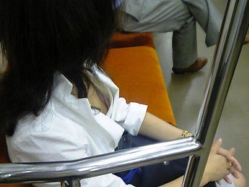 電車内で正面に立つだけで簡単に撮れちゃう胸チラ盗撮画像 35枚 No.24
