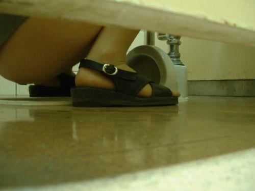 【女子トイレ盗撮お尻画像】和式便所を後方下から覗いた結果www 38枚 No.11