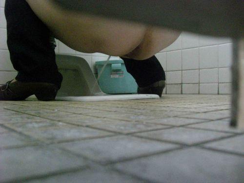 【女子トイレ盗撮お尻画像】和式便所を後方下から覗いた結果www 38枚 No.18