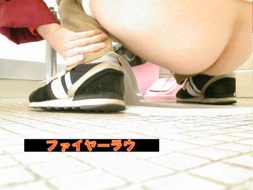 【女子トイレ盗撮お尻画像】和式便所を後方下から覗いた結果www 38枚 No.27