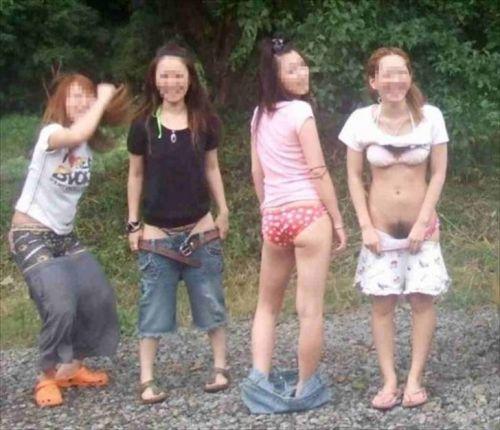 お尻丸出しでおふざけしてる女の子達の画像がエロ過ぎシコたwww 36枚 No.23
