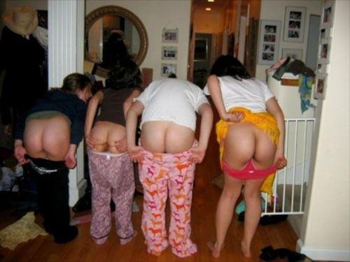 お尻丸出しでおふざけしてる女の子達の画像がエロ過ぎシコたwww 36枚 No.24