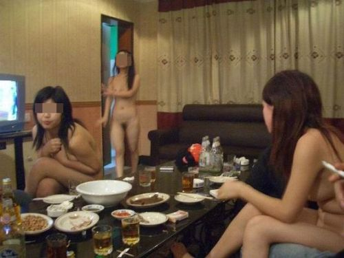 お尻丸出しでおふざけしてる女の子達の画像がエロ過ぎシコたwww 36枚 No.32