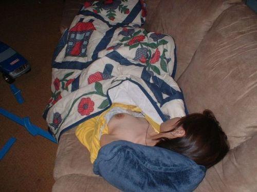 おっぱい丸出しで寝ている女の子の盗撮エロ画像まとめ 31枚 No.20