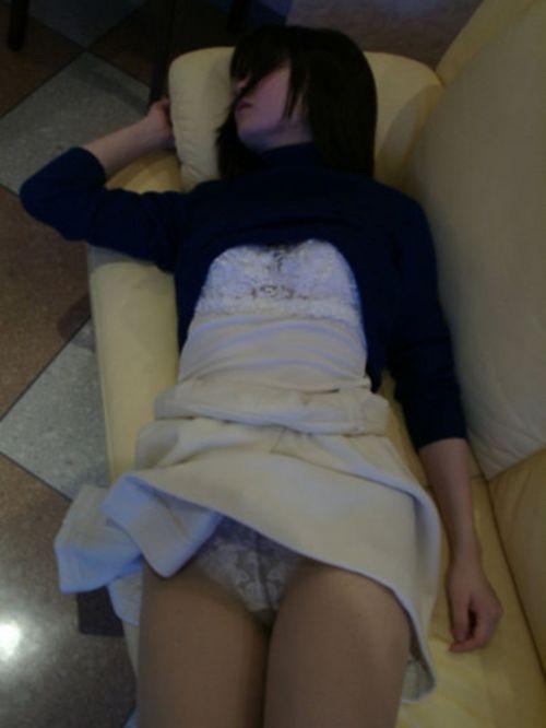 寝てる女の子のおっぱいや股間にイタズラしちゃう盗撮エロ画像! 41枚 No.15