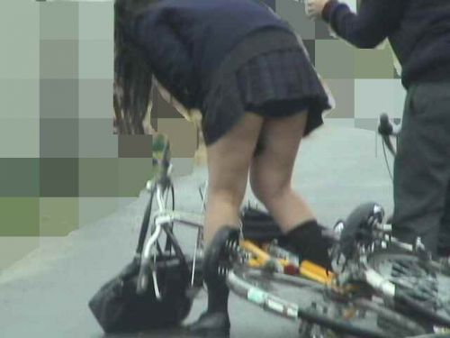 【盗撮画像】パンチラ当たり前!ミニスカで自転車にまたがるJK! 35枚 No.1