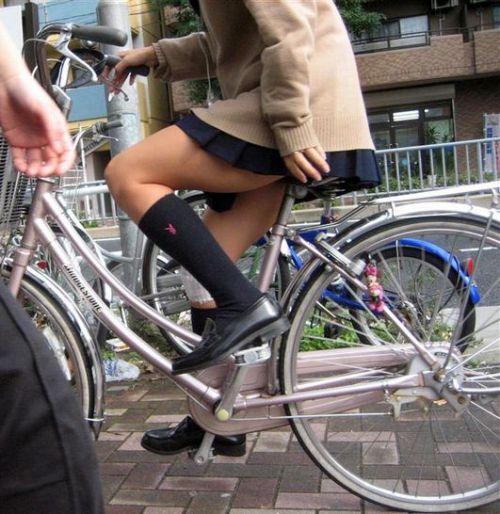 【盗撮画像】パンチラ当たり前!ミニスカで自転車にまたがるJK! 35枚 No.11