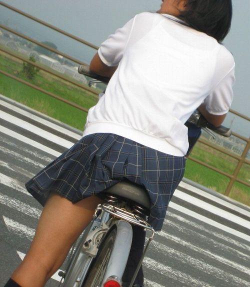 【盗撮画像】パンチラ当たり前!ミニスカで自転車にまたがるJK! 35枚 No.17