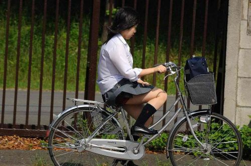 【盗撮画像】パンチラ当たり前!ミニスカで自転車にまたがるJK! 35枚 No.35