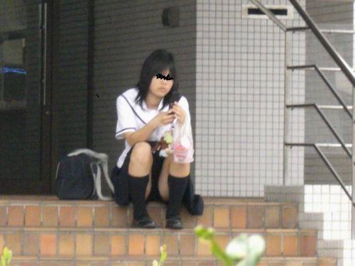 【盗撮画像】発情期なJKは座り込んでパンチラをエロく見せつけるらしい^^ 41枚 No.3