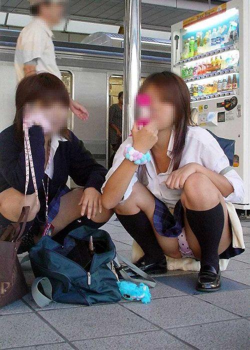 【盗撮画像】発情期なJKは座り込んでパンチラをエロく見せつけるらしい^^ 41枚 No.18