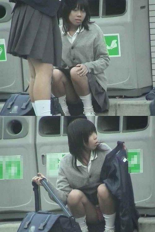 【盗撮画像】発情期なJKは座り込んでパンチラをエロく見せつけるらしい^^ 41枚 No.20
