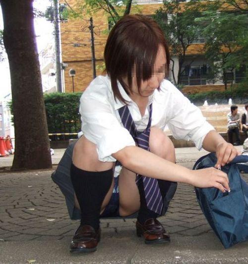 【盗撮画像】発情期なJKは座り込んでパンチラをエロく見せつけるらしい^^ 41枚 No.24