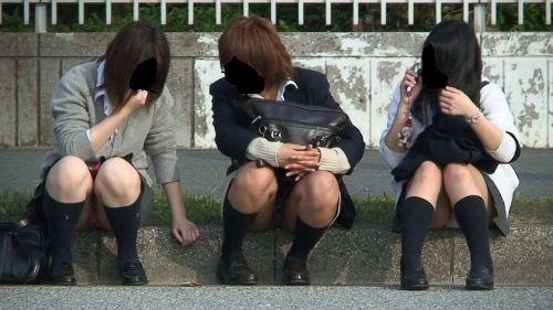【盗撮画像】発情期なJKは座り込んでパンチラをエロく見せつけるらしい^^ 41枚 No.26