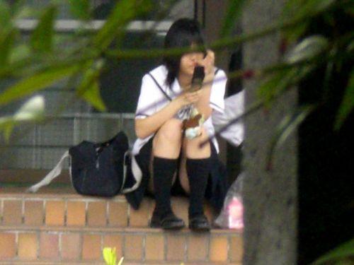 【盗撮画像】発情期なJKは座り込んでパンチラをエロく見せつけるらしい^^ 41枚 No.27