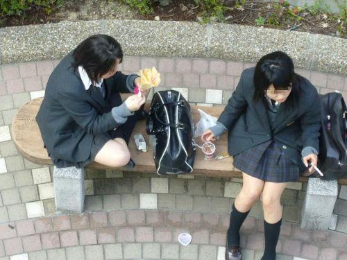【盗撮画像】発情期なJKは座り込んでパンチラをエロく見せつけるらしい^^ 41枚 No.29