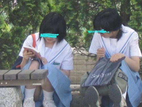 【盗撮画像】発情期なJKは座り込んでパンチラをエロく見せつけるらしい^^ 41枚 No.41