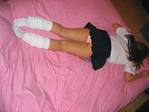 【画像】ミニスカ女子校生が無防備にお尻丸出しパンモロしてるわ(笑) 39枚 No.1
