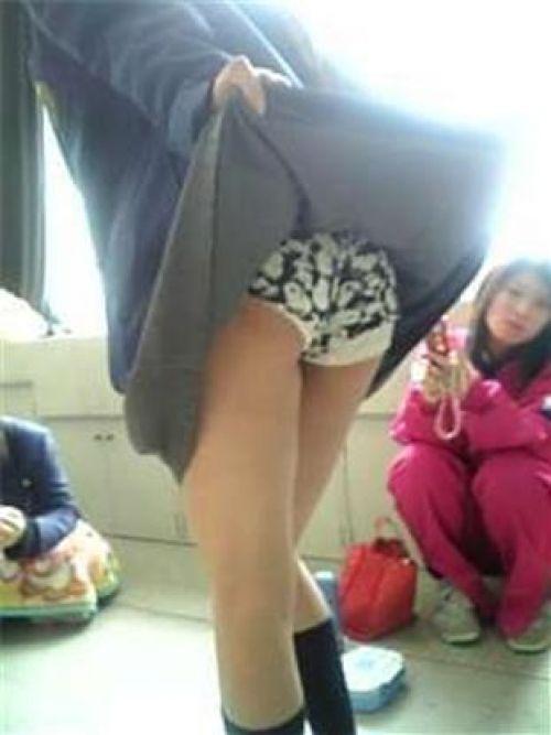 【画像】ミニスカ女子校生が無防備にお尻丸出しパンモロしてるわ(笑) 39枚 No.6