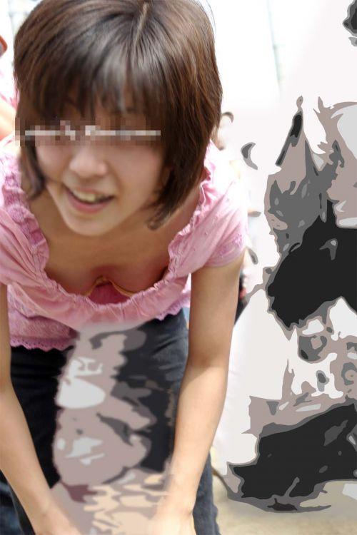 巨乳ギャルが前傾姿勢で胸チラをバンバン盗撮されてるエロ画像 36枚 No.11