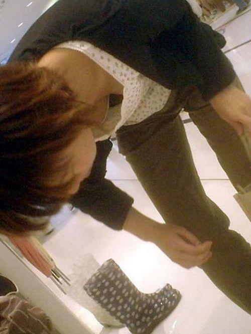 巨乳ギャルが前傾姿勢で胸チラをバンバン盗撮されてるエロ画像 36枚 No.30