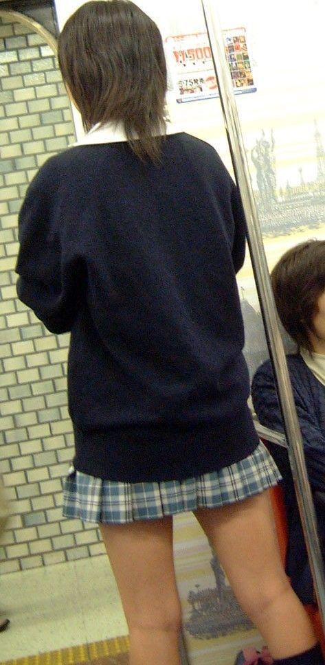 電車通学中のDNQなJKが車内で座り込んでる盗撮画像 38枚 No.2