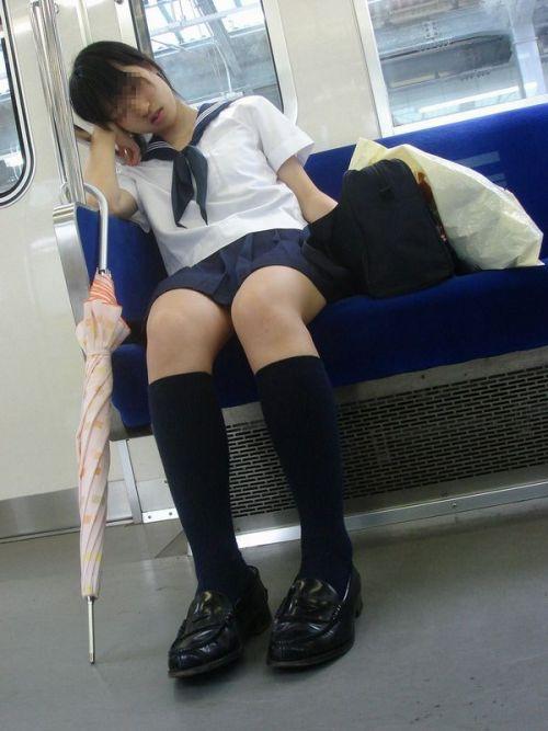 電車通学中のDNQなJKが車内で座り込んでる盗撮画像 38枚 No.10