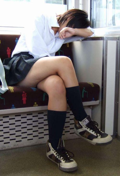 電車通学中のDNQなJKが車内で座り込んでる盗撮画像 38枚 No.12