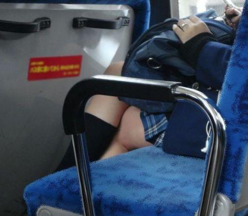 電車通学中のDNQなJKが車内で座り込んでる盗撮画像 38枚 No.15
