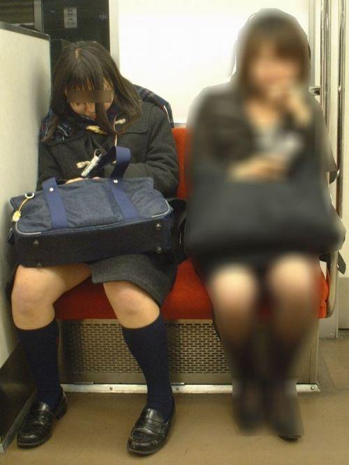 電車通学中のDNQなJKが車内で座り込んでる盗撮画像 38枚 No.16