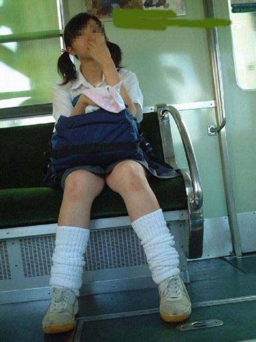 電車通学中のDNQなJKが車内で座り込んでる盗撮画像 38枚 No.25