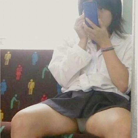 電車通学中のDNQなJKが車内で座り込んでる盗撮画像 38枚 No.27