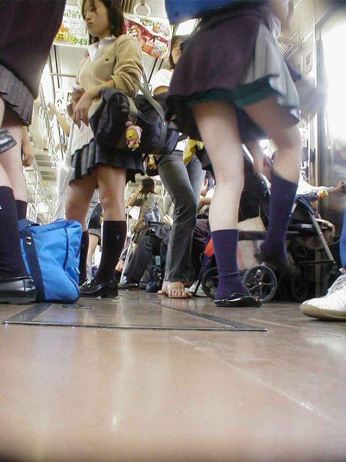 電車通学中のDNQなJKが車内で座り込んでる盗撮画像 38枚 No.30
