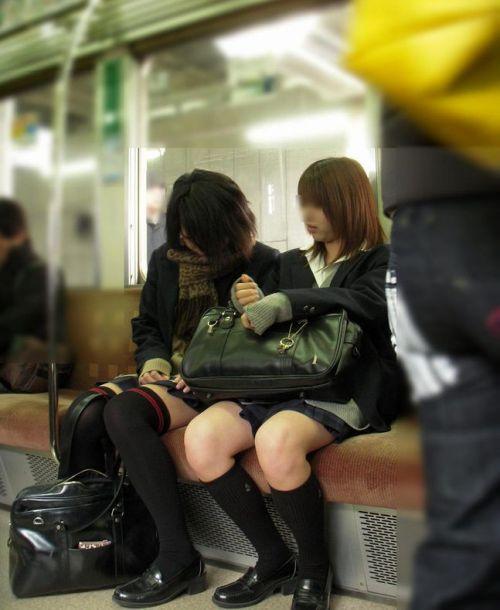 電車通学中のDNQなJKが車内で座り込んでる盗撮画像 38枚 No.31