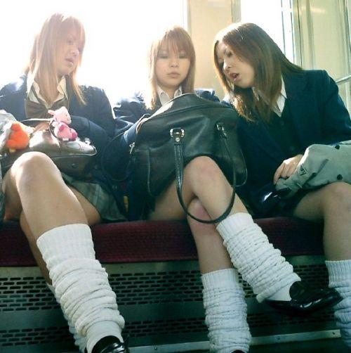 電車通学中のDNQなJKが車内で座り込んでる盗撮画像 38枚 No.33