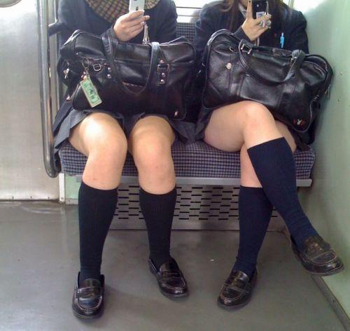 電車通学中のDNQなJKが車内で座り込んでる盗撮画像 38枚 No.37