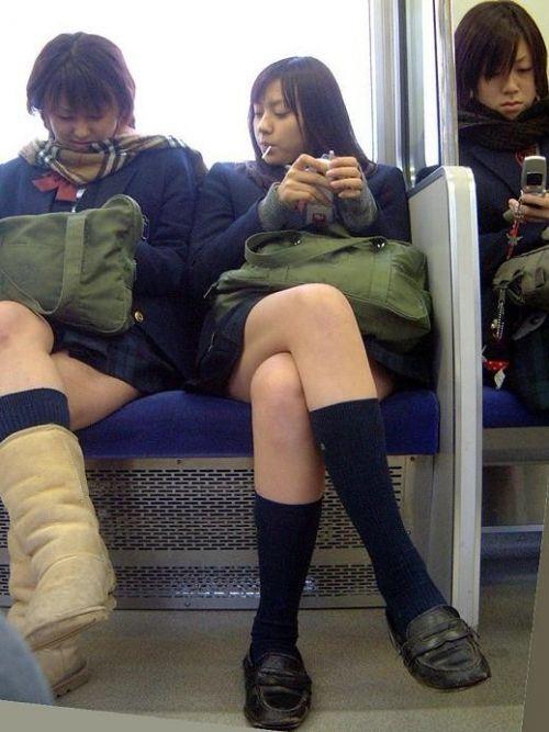 電車通学中のDNQなJKが車内で座り込んでる盗撮画像 38枚 No.38